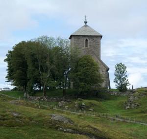 Olavskirche auf Karmoy mit Bautastein an der Nordseite