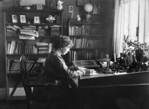 Sigrid Undset am Schreibtisch in Bjerkebæk, Foto: Avilde Torp, maihaugen.no