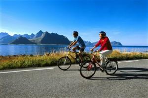 Vom Lofoten-Flugplatz gleich rauf auf's Fahrrad. Foto: Terje Rakke/Nordic Life