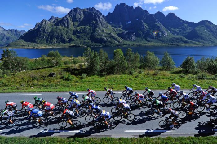 Die schönste Küste der Welt bildet den spektakulären Hintergrund für das Treffen der Weltelite der Radrennfahrer in Norwegen zum Arctic Race of Norway, dem nördlichsten Radrennen der Welt. Foto: A.S.O. (CC BY 3.0).
