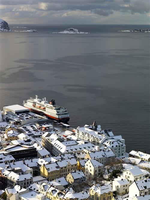 Hurtigruten am winterlichen Kai von Ålesund. Foto: Terje Borud