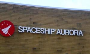 Am Eingang zum Spaceship Aurora