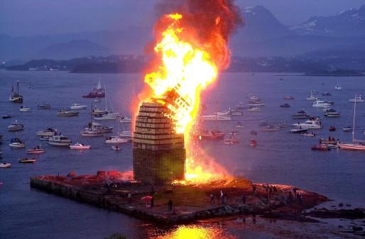 """Slinningsbålet"" - das große Mittsommerfeuer auf der Insel Slinning."